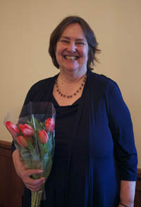 Grete Stenersen accepts a bouquet of flowers at the award ceremony.